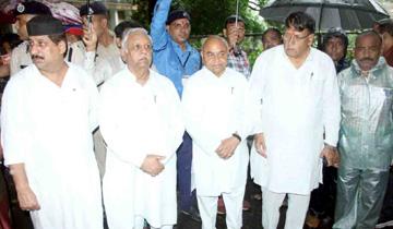 भोपाल जिले के प्रभारी मंत्री डॉ.गोविन्द सिंह ने शासकीय हमीदिया अस्पताल पहुँचकर खटलापुरा नाव दुर्घटना में मृत व्यक्तियों के परिजनों के ढाँढस बंधाया। जनसम्पर्क मंत्री श्री पी.सी.शर्मा और पूर्व केन्द्रीय मंत्री श्री सुरेश पचौरी साथ थे।
