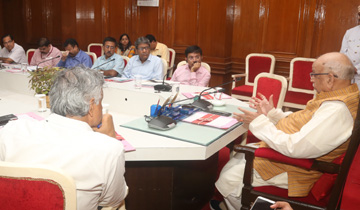 राज्यपाल श्री लालजी टंडन ने राजभवन में कृषि पशुपालन, मछली पालन और उद्यानिकी विभाग के प्रमुख सचिवों और संचालकों के साथ किसानों की आय दोगुनी करने के संबंध में चर्चा की।