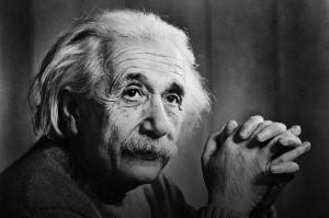 अल्बर्ट आइनस्टाइनने सापेक्षतावादाचा सिद्धांत प्रसिद्ध केला.