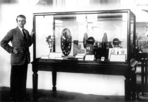 जॉन लोगीबेअर्ड, ब्रिटिश शास्त्रज्ञ, आद्य दुरचित्रवाणी संशोधक.