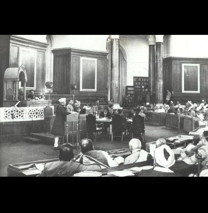1946 मध्ये जवाहरलाल नेहरू संविधान सभाला संबोधित करत होते .