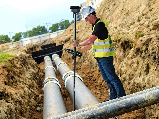 Man using a Leica GS18 on a construction site