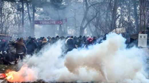 الشرطة اليونانية تطلق الغاز المسيل للدموع على مهاجرين قادمين من تركيا