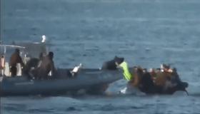 هكذا يتعامل خفر السواحل اليونانية مع اللاجئين!