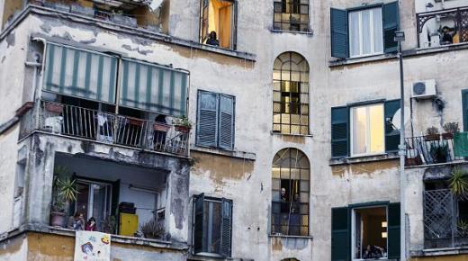 الإيطاليون يتحدون الخوف من وباء كورونا بالانضباط والغناء