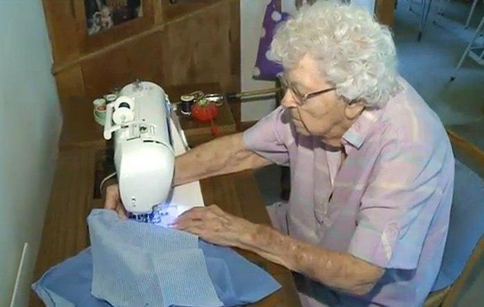 99 anni cuce 003 - A 99 anni cuce un vestito al giorno per i bimbi poveri