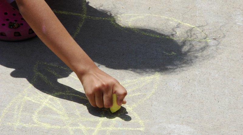 Chalk Sidewalk Art 0092 - Un bimbo orfano disegna qualcosa che ti farà riflettere e commuovere