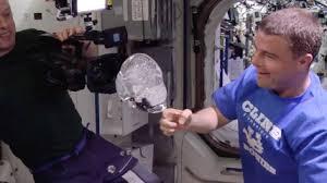 download 20 - videocamera dentro una bolla d'acqua, esperimento dentro un astronave della nasa