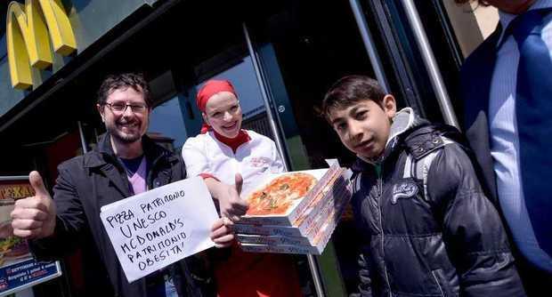 20150410 protesta pizzaioli2 - Protesta dei pizzaioli napoletani contro lo spot McDonald's