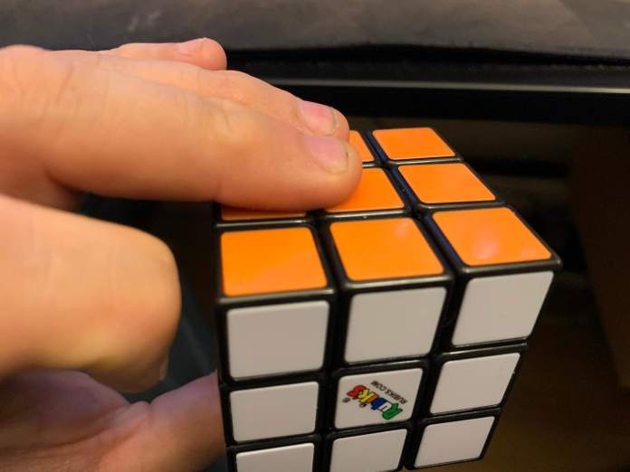 How-to-hold-a-rubiks-cube-6