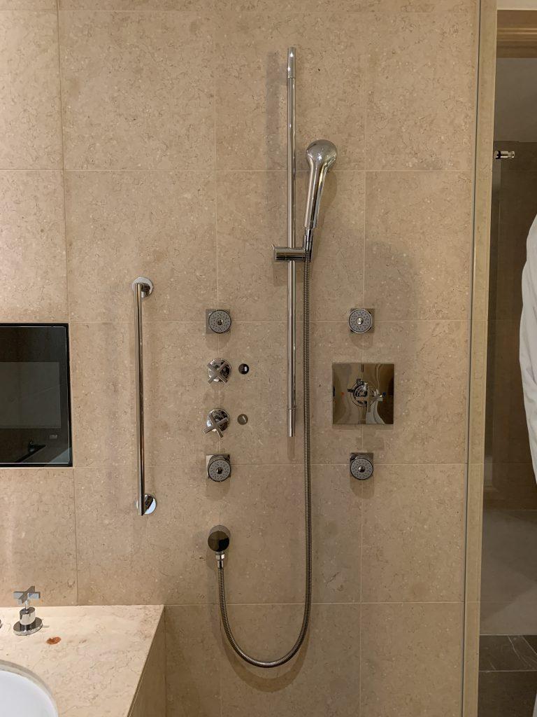 The St. Regis Osaka-浴缸旁邊有淋浴設備,牆上的四個按摩式花灑可以調整方向