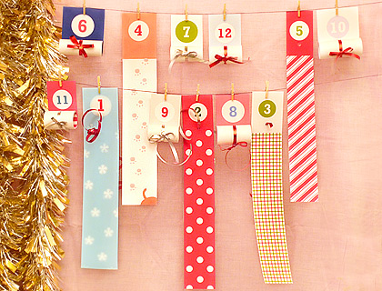 Календар с ленти, навити на рула, където може да скриете някакви задачки-закачки за децата