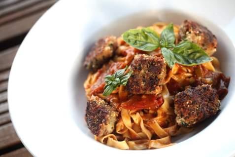 Halloumi mit Basilikum in der Panierung & Pasta mit Tomatensauce