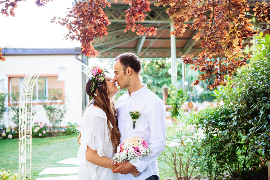 intimate wedding in Tuscany - bride and groom kiss - Elizabeth Armitage Photography