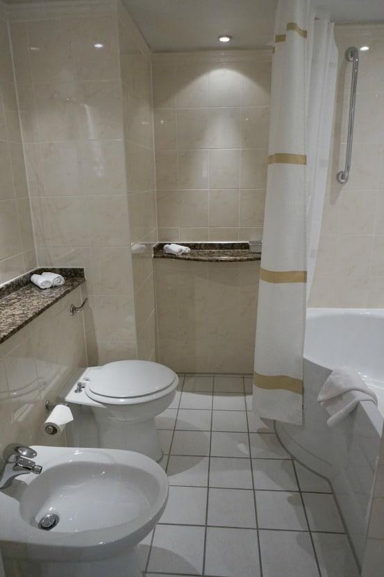 Heathrow Windsor Marriott Hotel bathroom