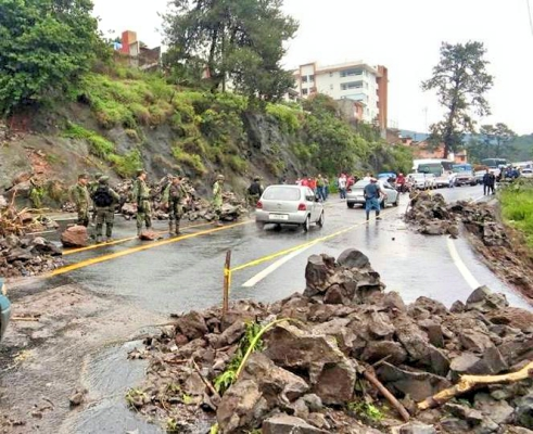 Fuerte tromba en Uruapan provoca deslaves; hay personas lesionadas