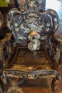 Dans mon fauteuil richement orné