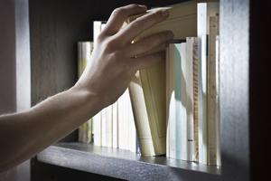 Znaczenie snu regał z książkami