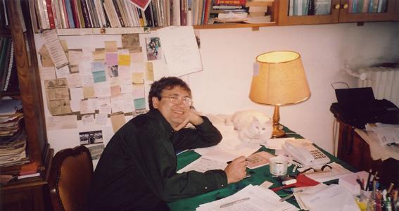 Orhan Pamuk yazıhanesinde.