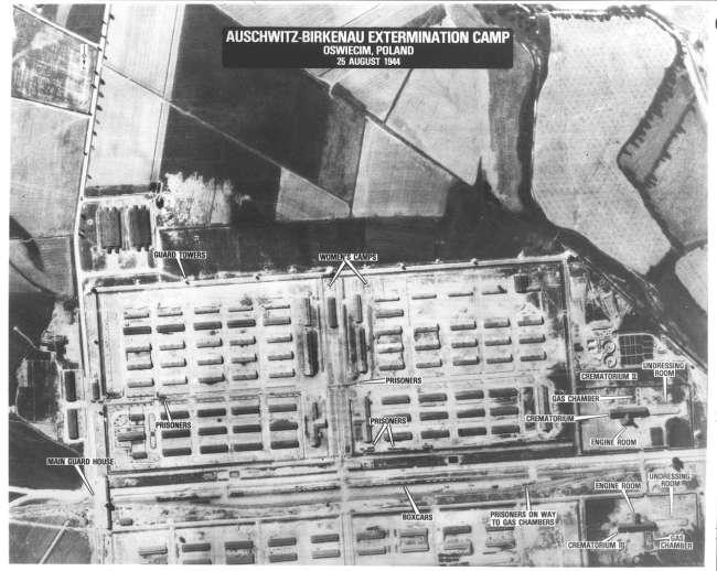 Auschwitz'e bağlı Birkenau Toplama Kampı'nın casus uçaklar tarafından çekilen hava görüntüsü. Yakılmaya götürülenler, mahkumlar, yakma odaları, her şey ortada...