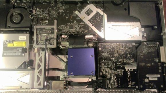 Mavi yüzeyin altında yeni SSD duruyor. Asıl boyutu levhanın yaklaşık yarısı kadar. O levha da yukarıda bahsettiğim 3,5 inçlik adaptör.
