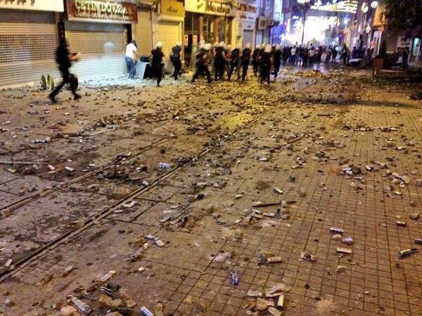 İstiklal Caddesi'nden bir kesit. Yerdekiler biber gazı kapsülleri...