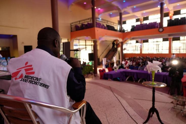 El líder del equipo médico, Jean Pierre Kaposo, habla sobre la campaña de vacunación contra el Ébola a jóvenes de la comunidad en Beni.