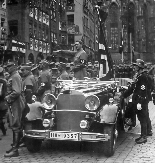 Hitler_Nürnberg_1935-Mercedes