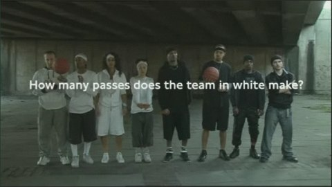 How many passes does the team in white makes?
