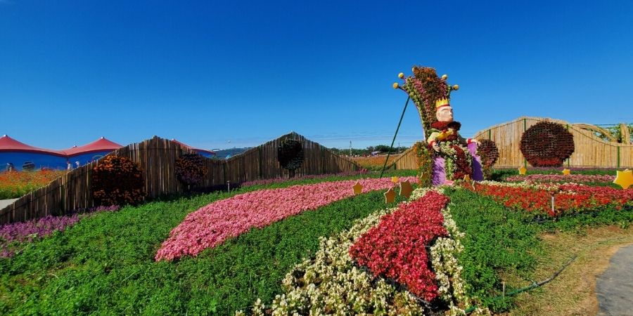 In the centre of the flower field is the King sitting righteously on his throne.