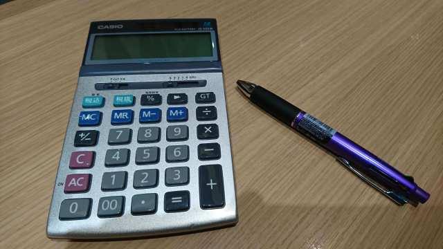 愛用の電卓とボールペン