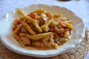 60. Fileja con ragù di seppie, mazzancolle e gamberi con crimble di prezzemolo e limone