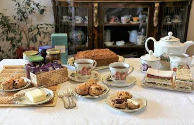 74. Afternoon Tea con Scones, Finger Sandwiches e Pumpkin Nut Bread di Rosemarie