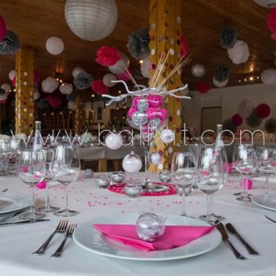 Table de mariage et boules transparentes garnies de dragées