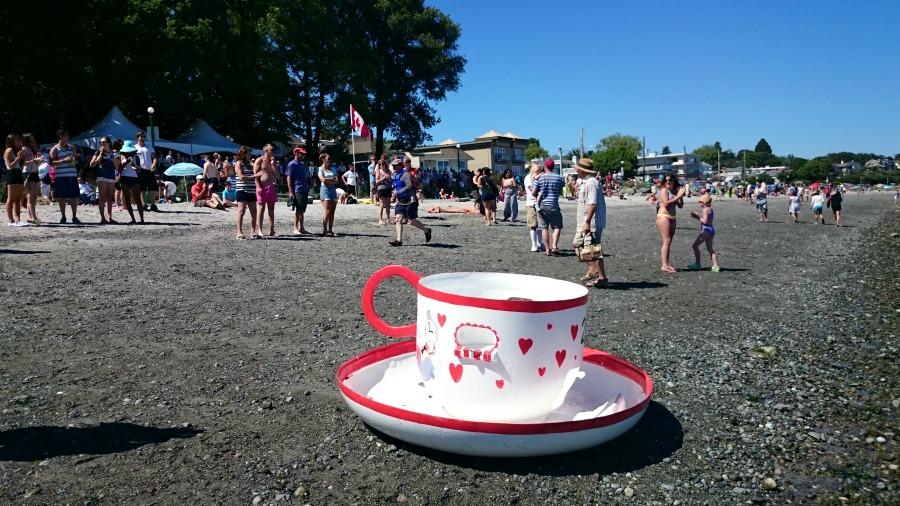 чайная вечеринка на берегу океана