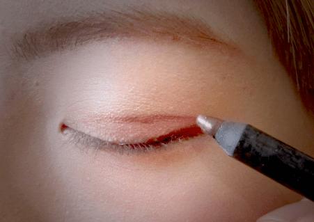 以啡色眼影筆,畫上假雙眼皮