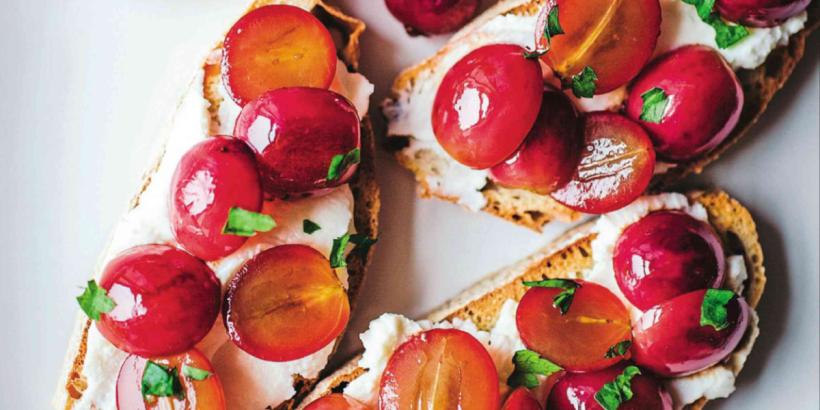 grape-ricotta-crostini