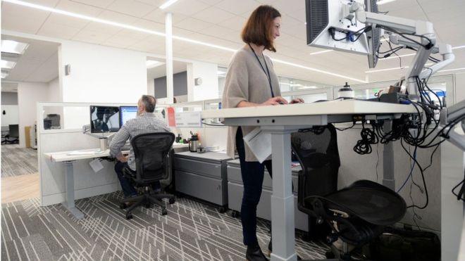 ¿Qué beneficios tienen realmente los escritorios que te permiten trabajar de pie?
