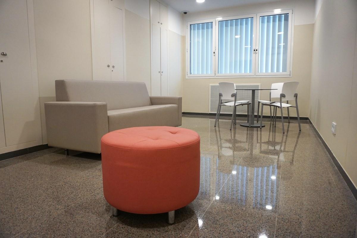 sala de estar personal puf puffs sofa a medida tapizado personalizado color salmón salmon edificio residencial mesa circular pie pedestal