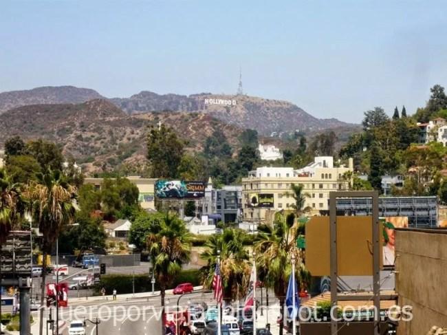 El Street de Los Angeles con el famoso cartel de Hollywood de fondo