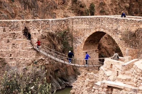Puente original sobre el rio, muy antiguo pero en funcionamiento