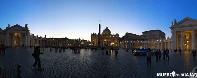 Panorámica del Vaticano oscureciendo e iluminado