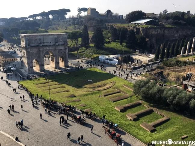 Desde la última planta del coliseo se tienen unas vistas maravillosas del Arco de Constantino y la la colina del Palatino