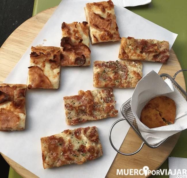 Probamos diferentes porciones de pizza y estaban muy buenas