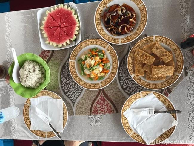 Nos preparaban magníficos platos y probamos todas las comidas típicas de Borneo