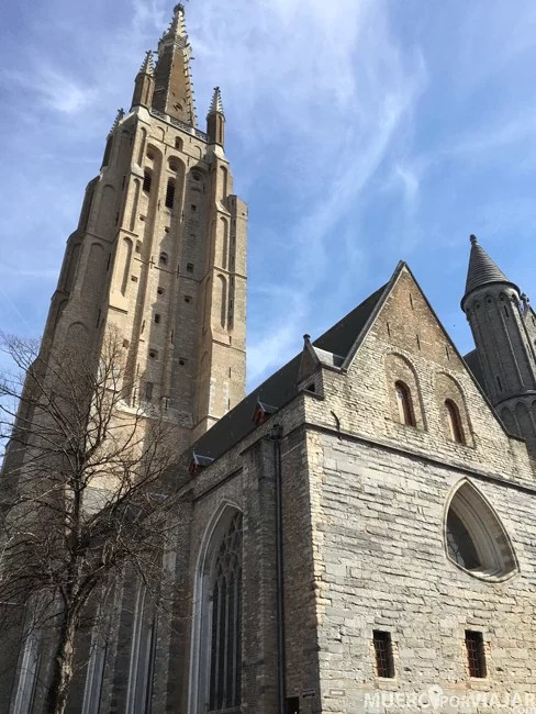 La iglesia de Nuestra Señora en Brujas con su alto campanario