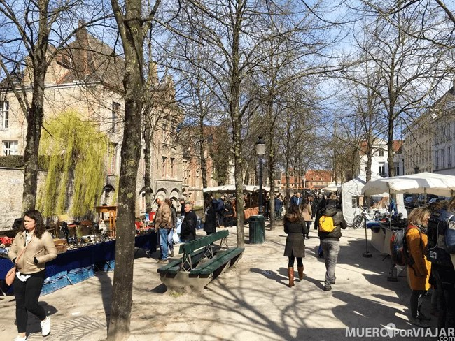 En la entrada de Brujas, desde la parada de tren, hay un mercado muy bonito