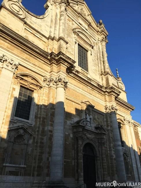 La iglesia de Sint Walburgakerk en Brujas