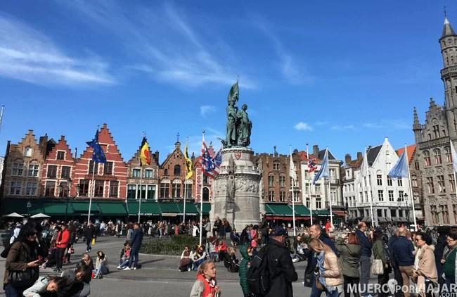 El centro de la plaza del Grote Markt en Brujas es muy concurrido