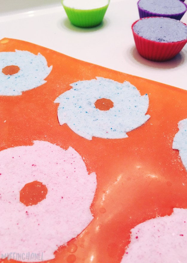 The cutest DIY Cupcake Bath Bomb on Pinterest. Love it! ❤ MuffinChanel frosting tray